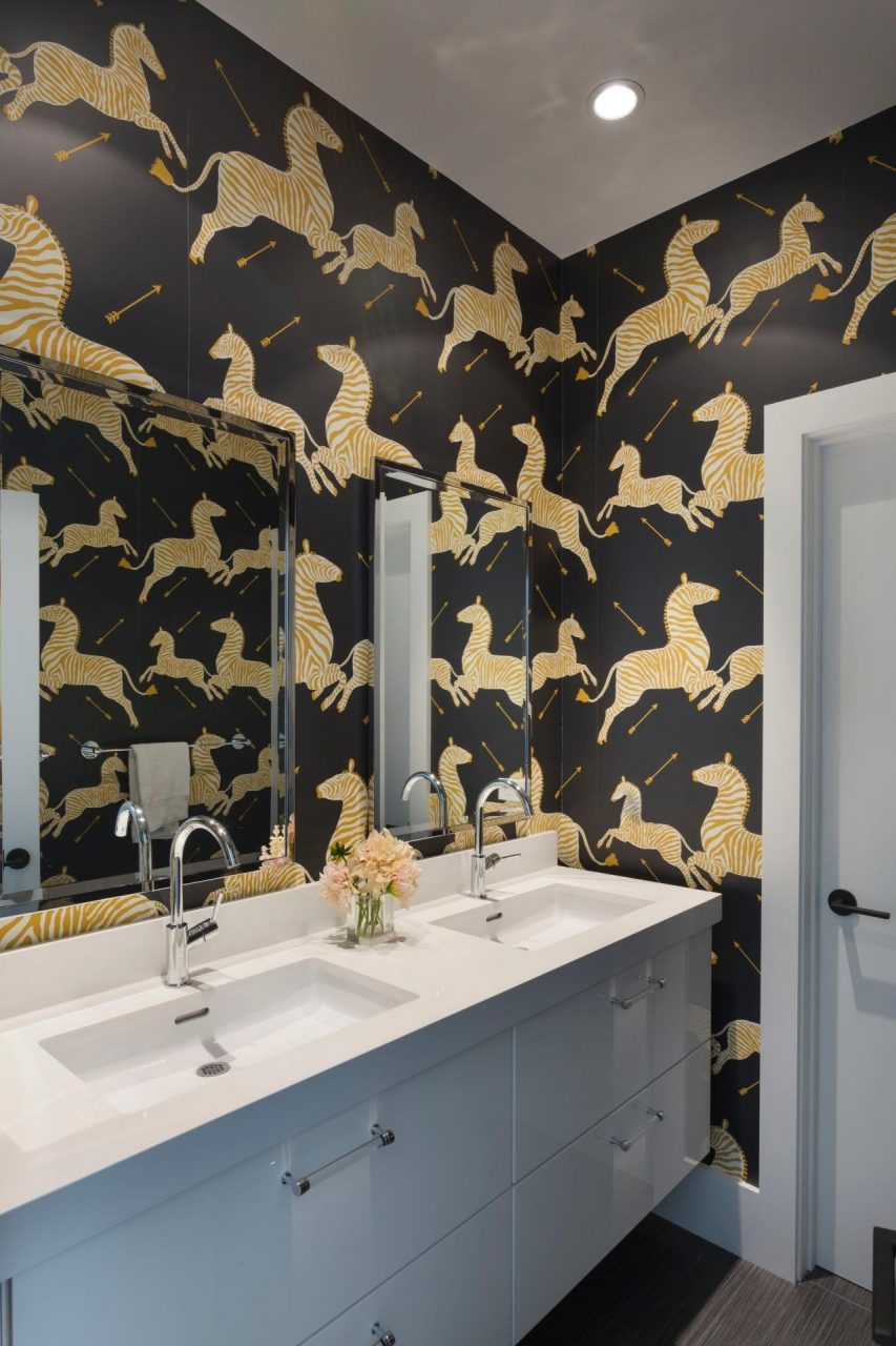 15 Beautiful Reasons To Wallpaper Your Bathroom Hgtvs Decorating