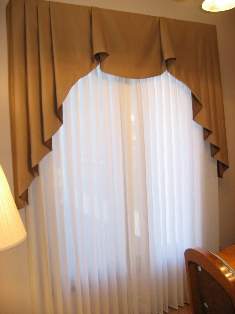 Throwing Curve Ball In The Bathroom Valance Ideas And Bedroom