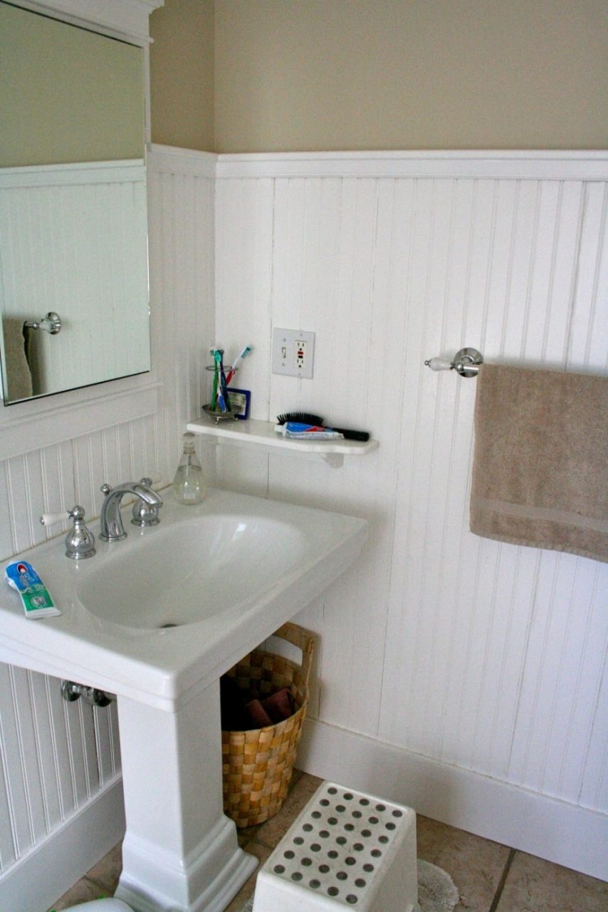 Luxury Beadboard Bathroom With Wall Mounted White Wainscoting Rail