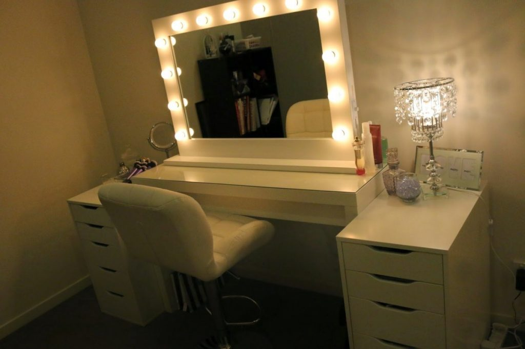 Modern Bedroom Decoration With Make Up Vanity Mirror Lighted And