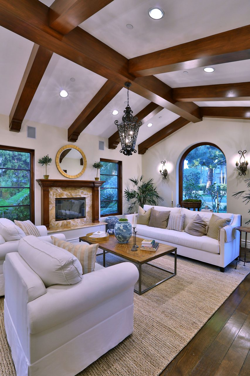 Modern Luxury Living Room With Wood Beam Ceiling Digs Living Rooms