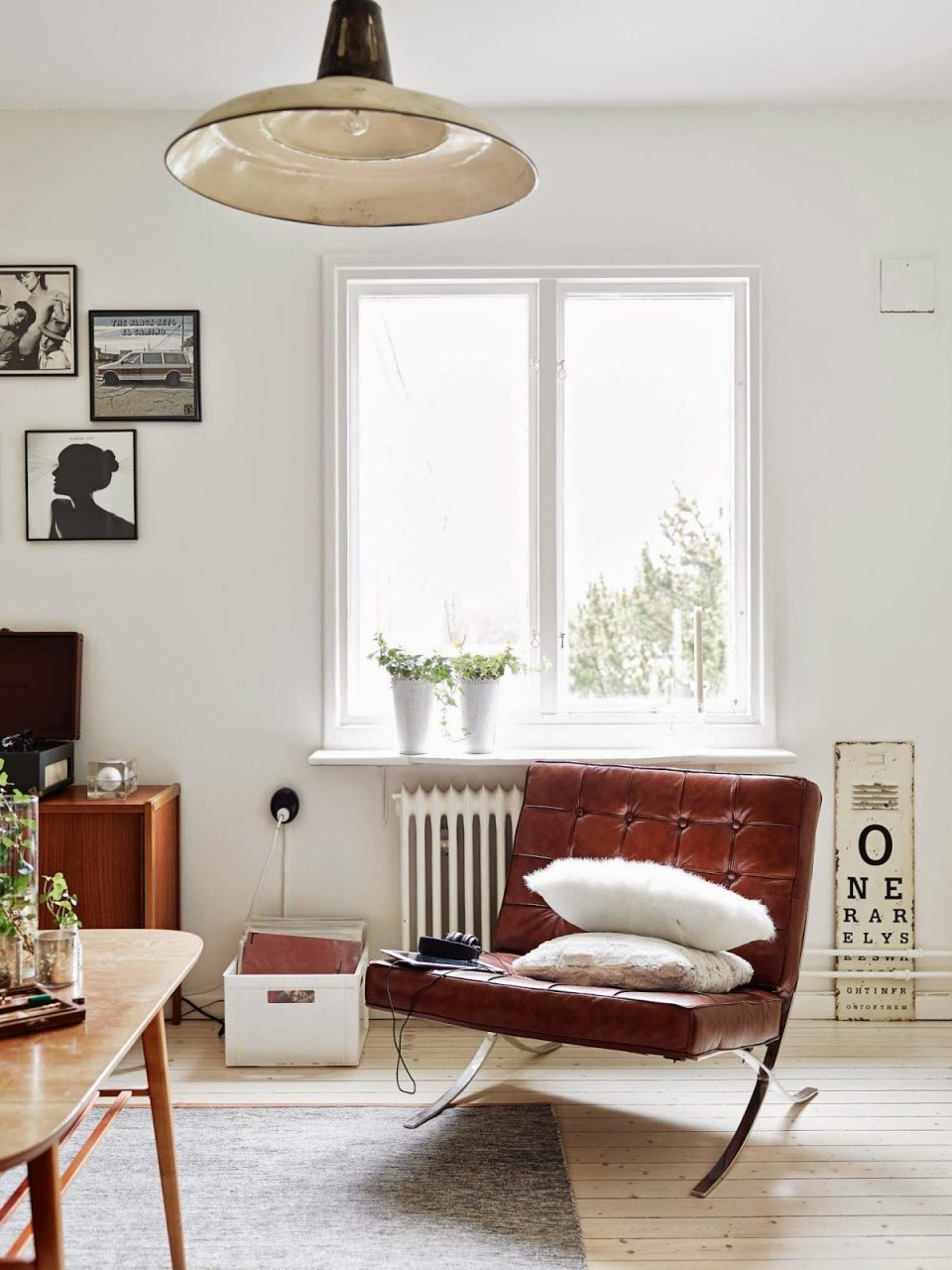 Monochrome And Cognac In A Vintage Inspired Apartment Tischumstuhl