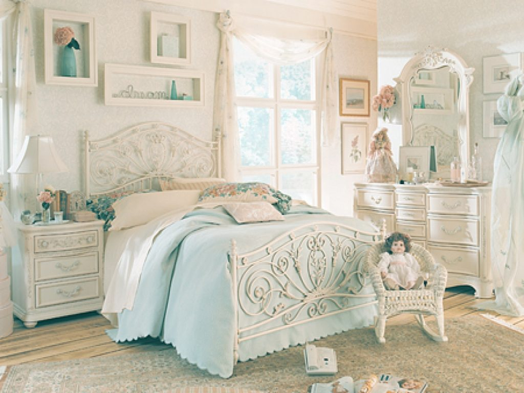 Why Choosing Vintage Bedroom Furniture For Your Bedroom Decorating