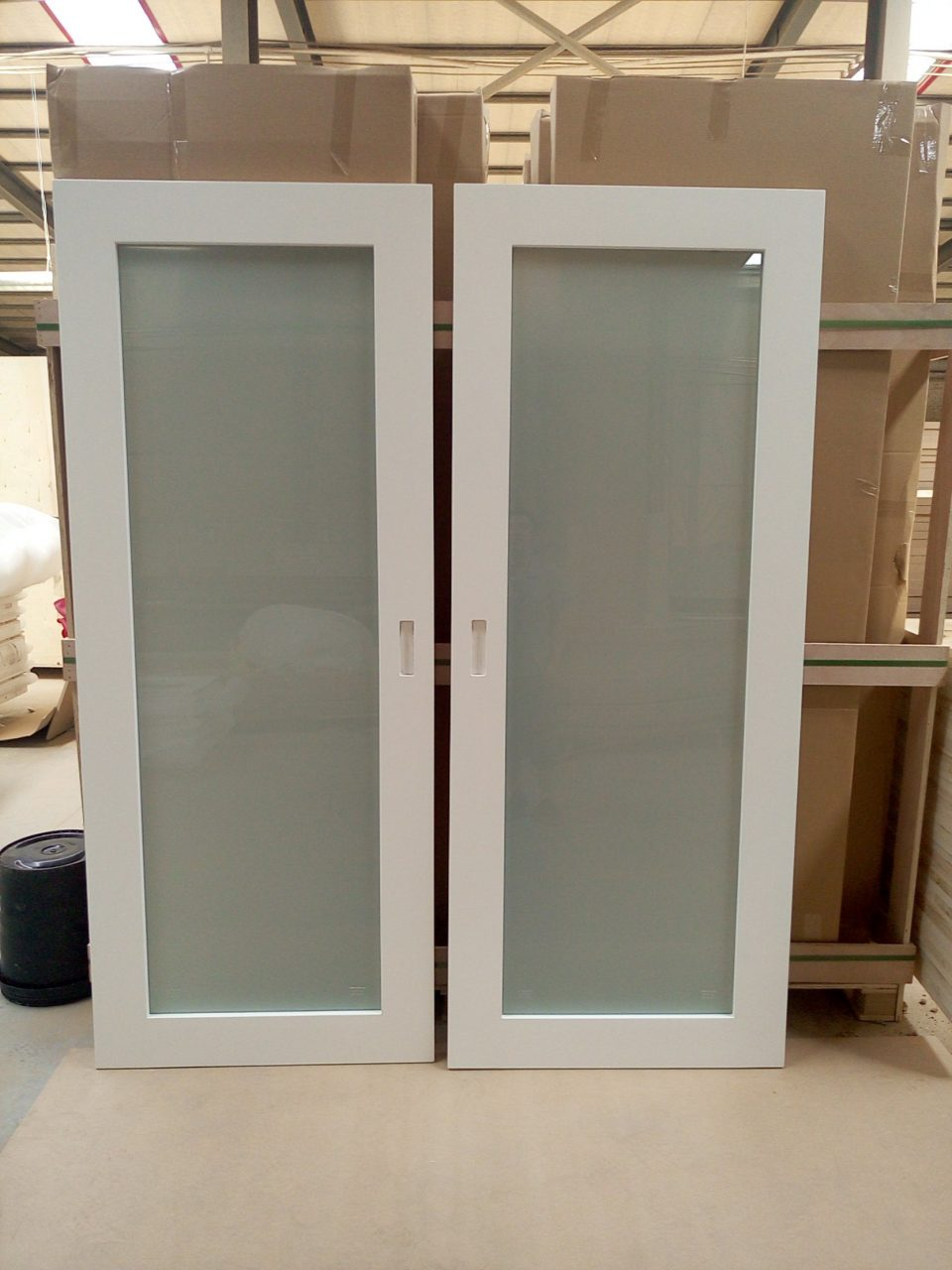 China Marriott White Painted Laminated Glass Sliding Barn Door Style