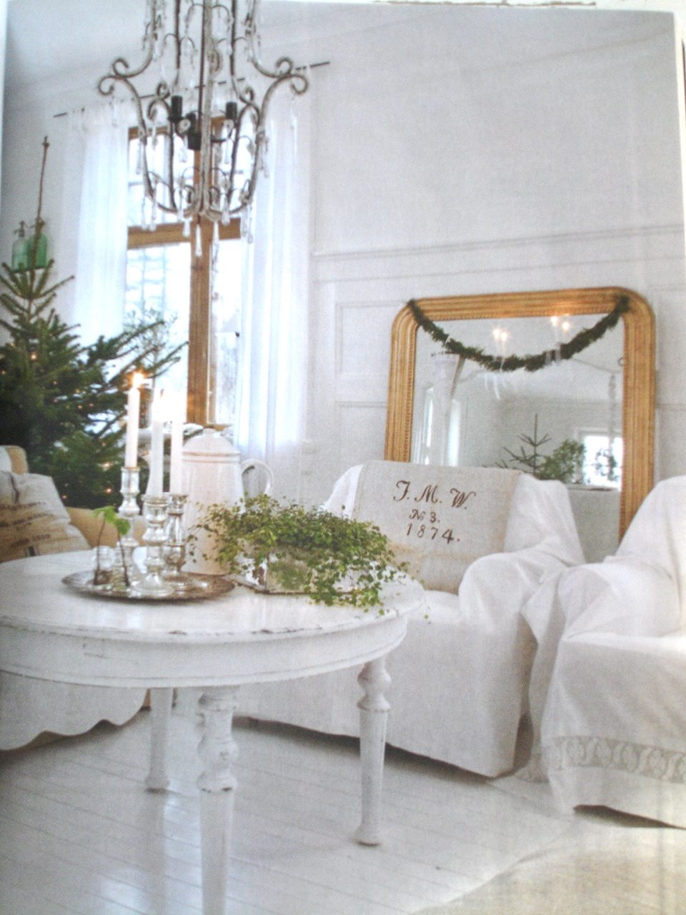 Chippy Shab Holiday Decorating Issue Romantic Homes Magazine