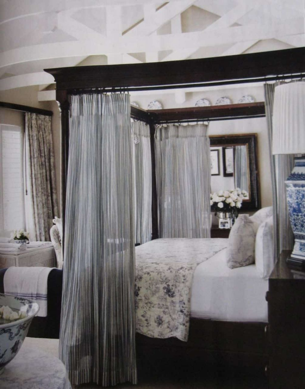 Queen Sized Canopy Bed With Curtains Hang Curtains In A Canopy Bed